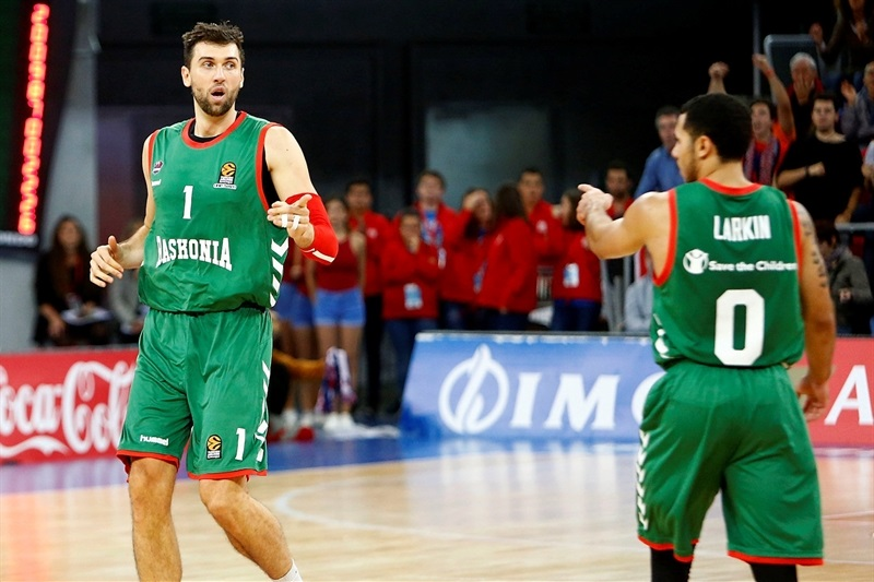 Andrea Bargnani and Shane Larkin of Baskonia